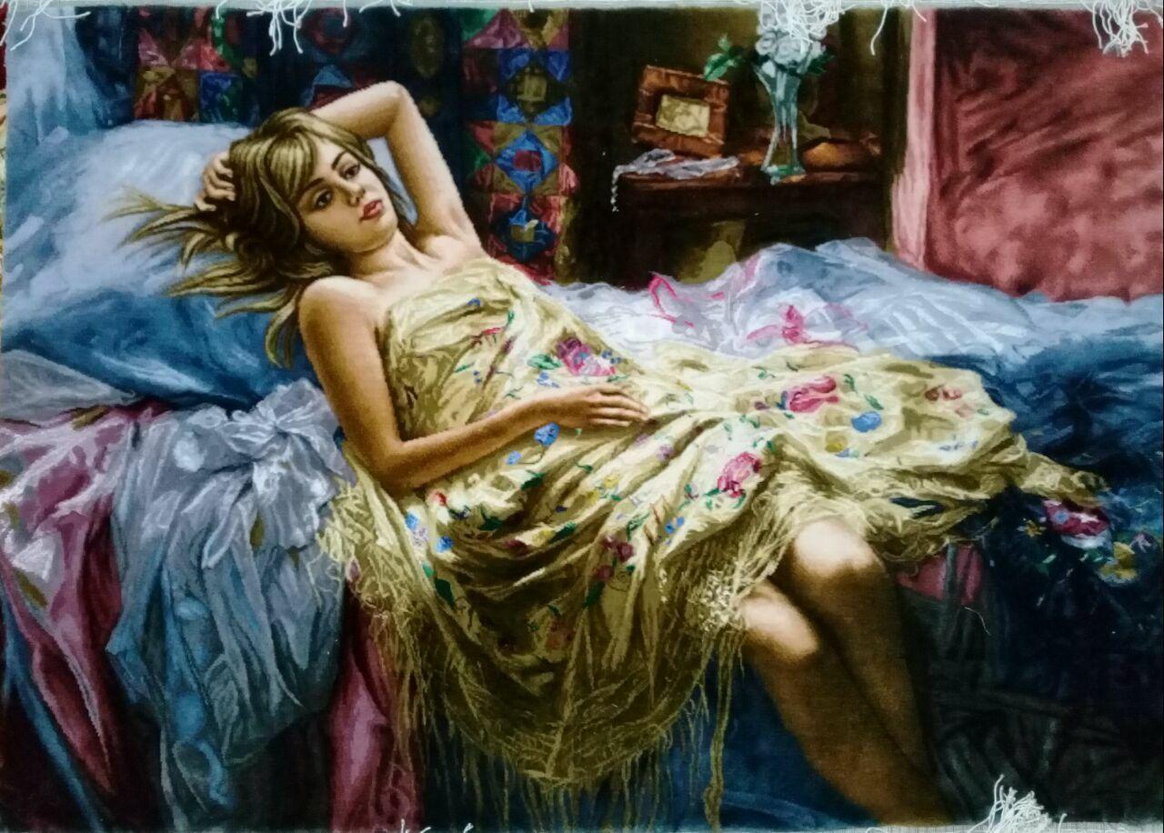 خرید تابلو فرش دختر خوابیده